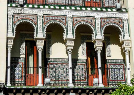 And here the very artfully decorated patios with  the arches of the same house in close up